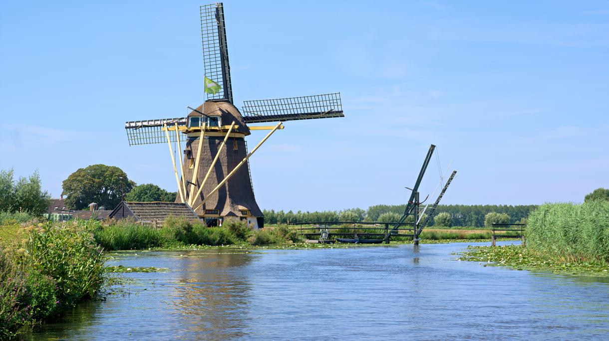 Een molen bij Baambrugge, in veengebied De Venen.