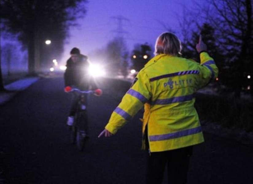 De beste smoezen om zonder licht te fietsen | Fietsen123